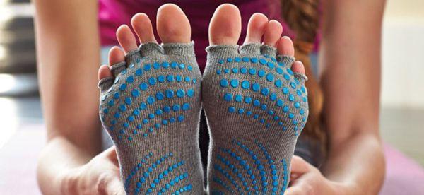 Femme en chaussettes de yoga