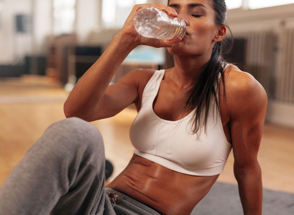 femme buvant après une séance de sport
