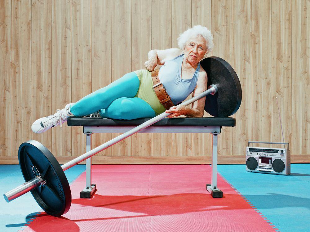 grand mère faisant de la musculation