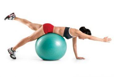 exercices pour muscler les pectoraux avec un ballon de gym sosport. Black Bedroom Furniture Sets. Home Design Ideas