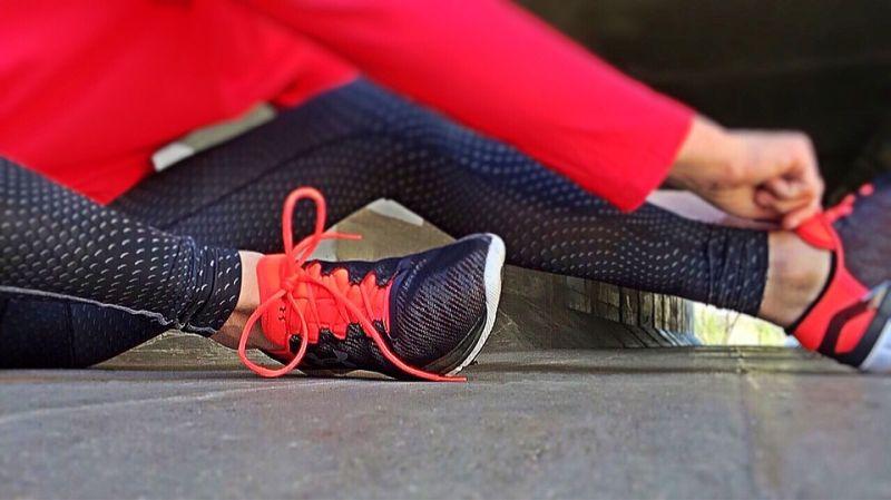 femme enfilant ses chaussures de running