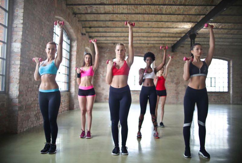 groupe de femmes faisant du sport