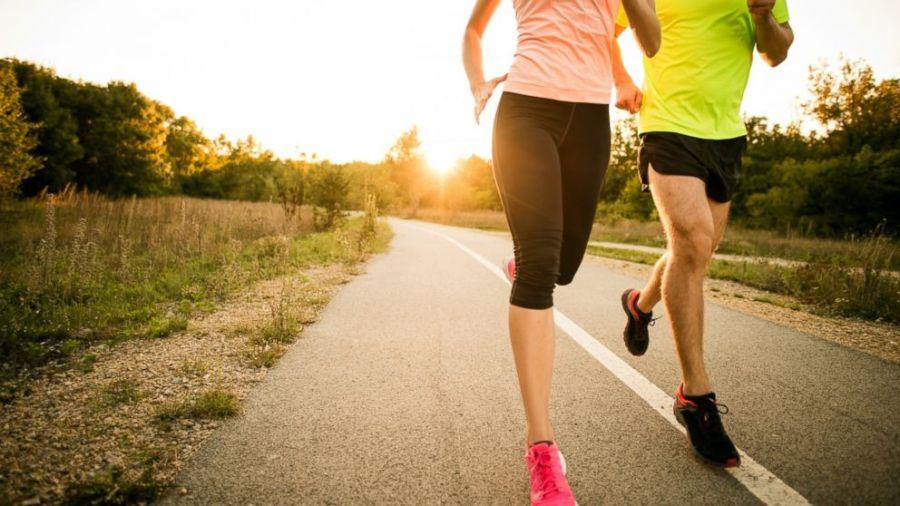 Homme et femme durant une sortie running